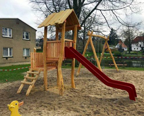 Spielplatzsanierung - die neue Schaukel und der neue Rutschenturm