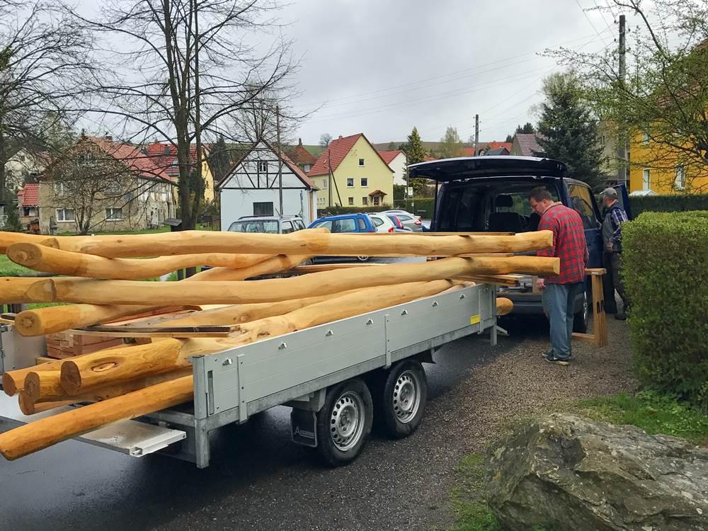 Spielplatzsanierung -Frank Winkler mit dem Holz für die neuen Spielgeräte