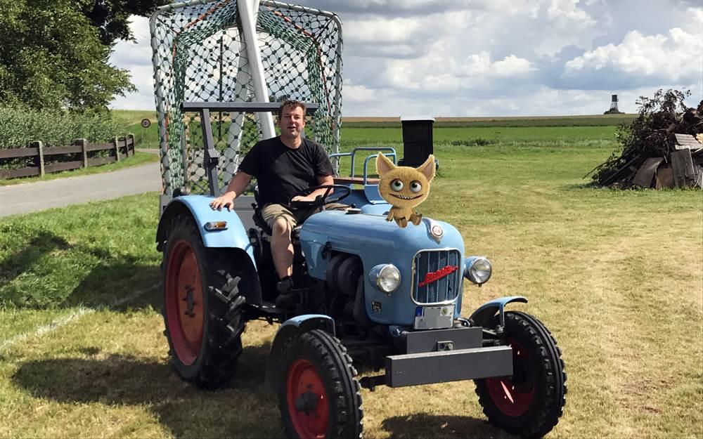 Kleiner blauer Traktor